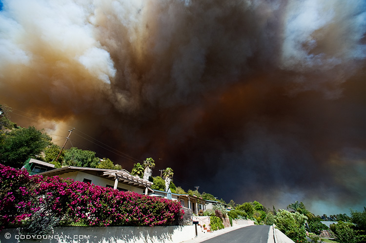 jesusita fire santa barbara, California: Thick clouds of smoke and ash fill sky over neighborhood